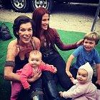 Jovovich s dcerkou Dashiel a hereckou kolegyní, která je také maminkou.