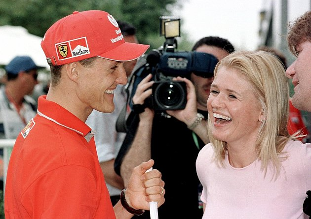 Corinna Schumacherová by se někomu mohla zdát jako despota, která ke svému manželovi nikoho nepustí. Je rozumné, že drží paparazzi a média stranou.