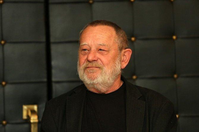 Václav Kotek si při pádu ze schodů zlomil vaz.