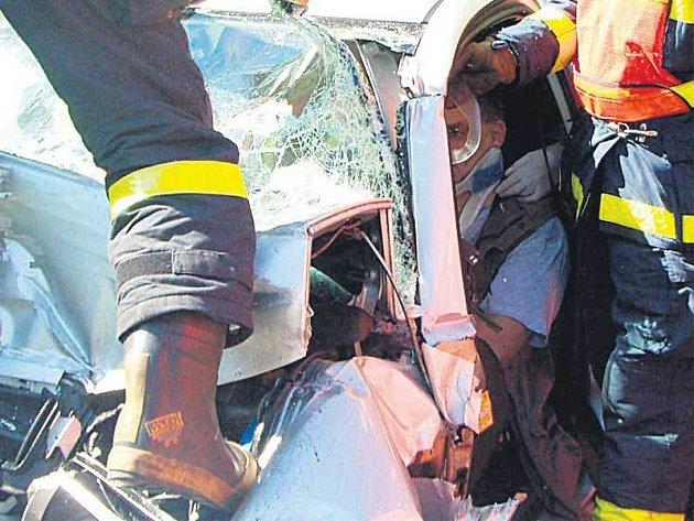 Muže ze zdemolované fabie vyprošťovalo jedenáct hasičů.