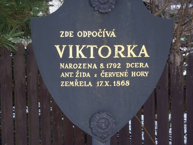 To je údajně Viktorka. Hrob Viktorky se nachází ve vedlejším městečku Červený Kostelec. Najít ho dá docela práci…