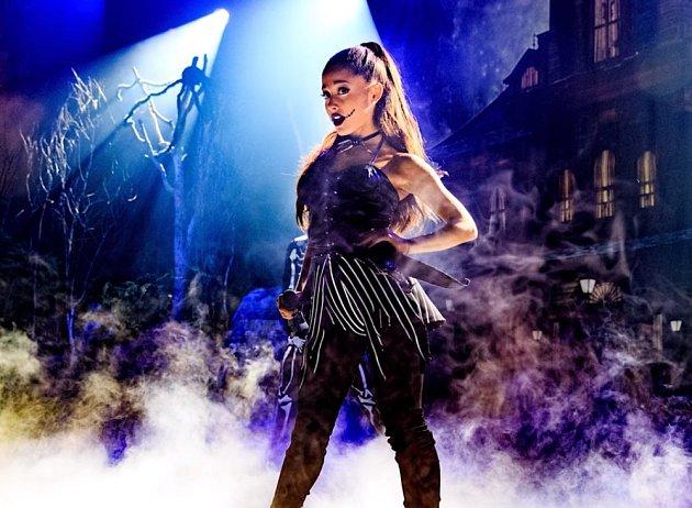 Ariana Grande a její halloweenská verze Jacka Skellingtona zUkradených Vánoc Tima Burtona.