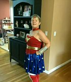 Babi se super smyslem pro humor a super kostýmem na maškarní.