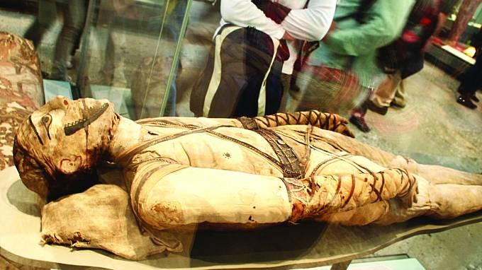 Pod obvazy téměř nedotčené tělo. Tak vypadá také Irtyersenu, její ostatky jsou ale napuštěny velmi neobvyklou hmotou.