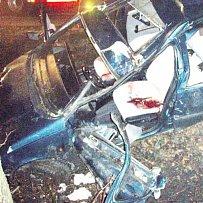 Řidič i spolujezdec se zabili nárazem do stromu.