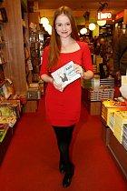 Marie Doležalová se svou knihou