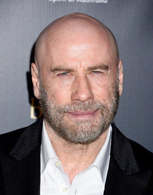 John Travolta vypadá bez vlasů překvapivě dobře