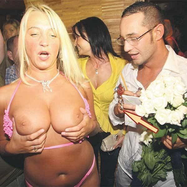 Zpočátku byl z obřích ňader striptérky zpěvák rozpačitý.