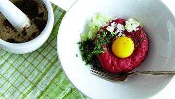 Tatarský biftek je pochoutka pro pravé gurmány.