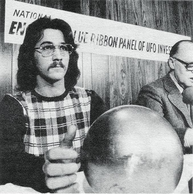 Terry Betz ukazuje natiskové konferenci podivnou kouli.