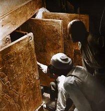Howard Carter, Arthur Callender a Egypťan otevírají dveře do hrobky.