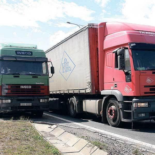 O víkendech by měly kamiony z našich silnic zmizet.
