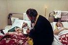 Ortodoxní kněz přišel dát poslední pomazání starým ženám umírajícím v hospicu.