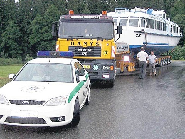 Nadměrný náklad čekal včera ráno před šestou hodinou ráno u Podolska na Písecku. Pak se vydal na složitou cestu přes Milevsko, Bechyni až do Soběslavi, odkud dnes pokračuje na Moravu.