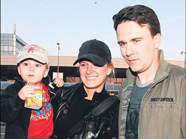 Marek Židlický přiletěl s manželkou a synem Adamem.