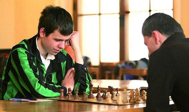 Nad šachovnicí tráví David několik hodin denně.