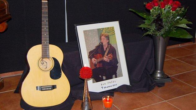 V Bučovicích, kde v úterý zesnulý Bob Frídl žil, vznikla dvě pietní místa. Na bučovické radnici a v Bistru U Draka.
