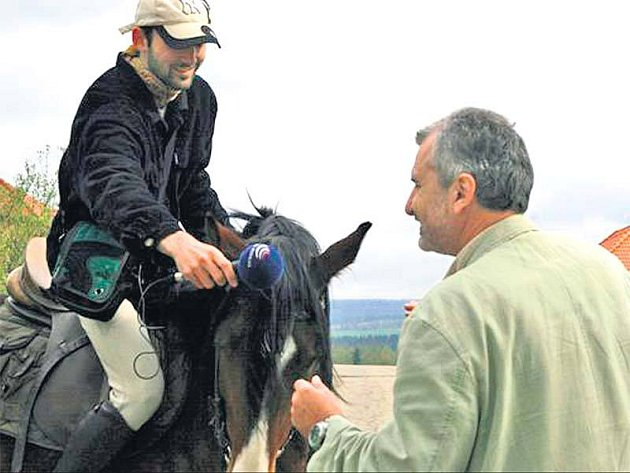 Daniel Burda při projížďce Stržanovem na koni zpovídá jednoho z místních obyvatel.