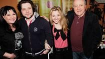 Krásná zpěvačka Anička Slováčková pochází ze slavné rodiny Dády Patrasové a Felixe Slováčka. Jestli si ale myslíte, že jí slavné jméno zajistilo nádherné dětství plné úžasných zážitků, tak se bohužel šeredně mýlíte.