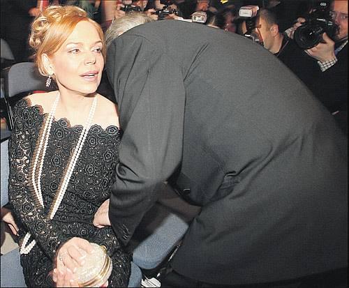 Alain Delon vášnivě líbal Dagmar Havlovou na krk.