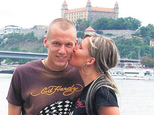 Za svou lásku se nestydí. Oba se rádi projdou podél Dunaje a pod Bratislavským hradem se políbí. Časté pokuty kvůli červeným kartám ale Báru vytáčejí.