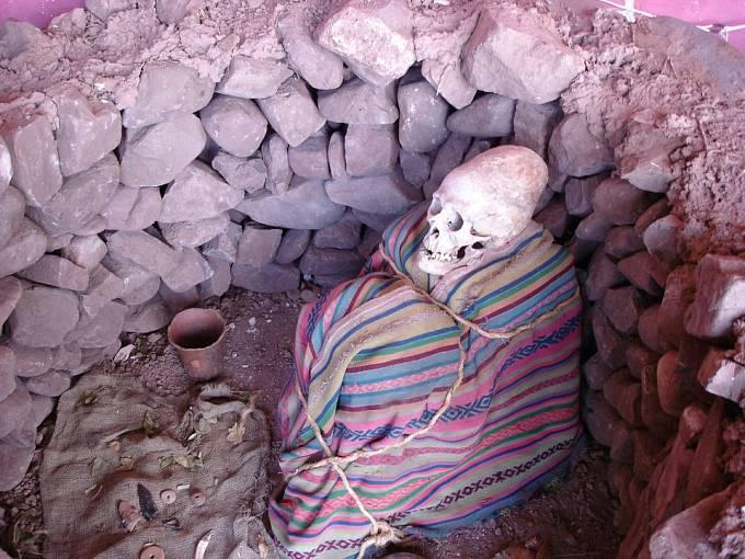 Prodloužená indiánská lebka v ukázkovém hrobě