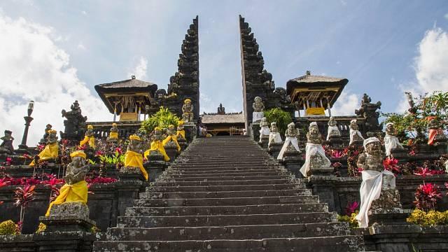 Slavný komplex třiadvaceti chrámů Pura Besakih