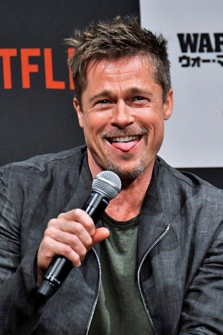 Brad Pitt mluvit k veřejnosti musel, když si šel převzít cenu za nejlepší herecký výkon ve vedlejší roli ve filmu Quentina Tarantina – Tenkrát v Hollywoodu.