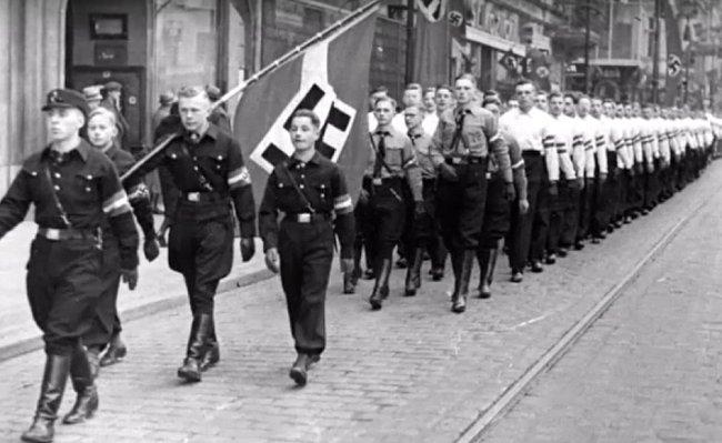 Pochod při inauguraci Geisera a Fricka.