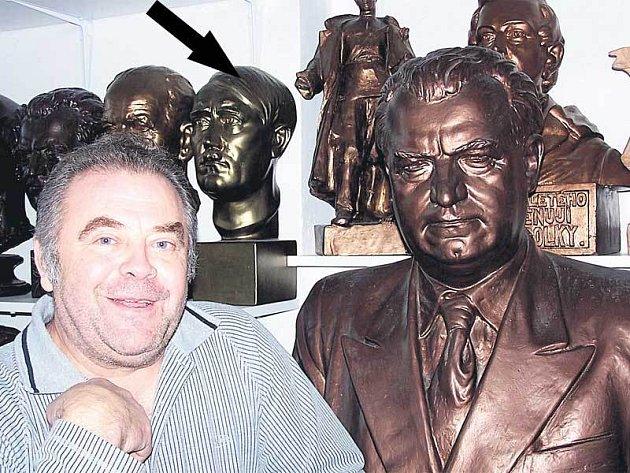 Gottwaldova busta je ve sbírce Zdeňka Macha zastoupena několikrát.
