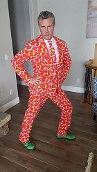 Tohohle tatínka, jenž pracuje jako porodník, na Vánoce požádali, aby dorazil do práce. Tak se oblékl a šel!