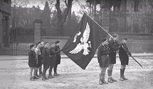 Chlapci držící vlajku.