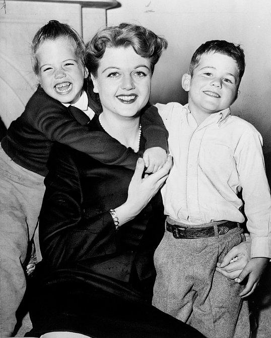 Angele se narodil syn Anthony adcera Deirdre.