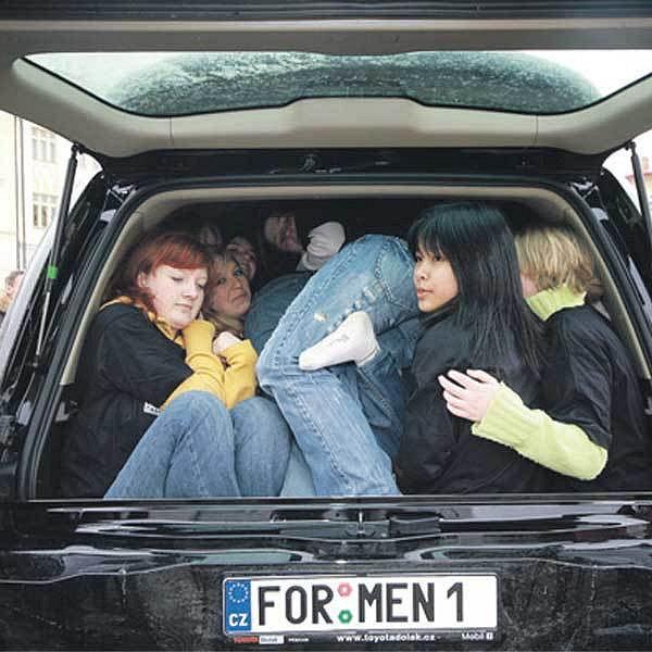 Do jednoho auta se vešlo 38 lidí!