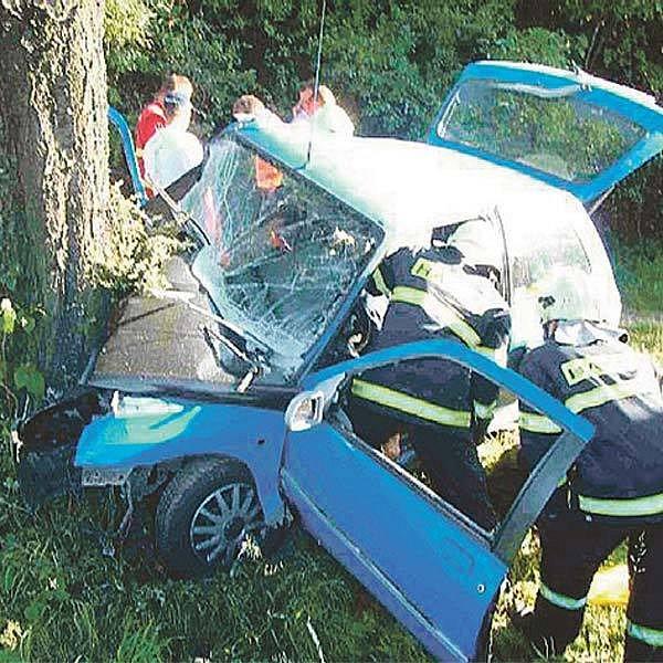 Vyprostit tělo mrtvého řidiče bylo pro hasiče obtížné.