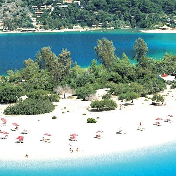 Pláž poblíž střediska Oludeniz (Oludeniz Beach) je podle mnohých nejhezčí v Turecku. Nachází se v údolí mezi horami a končí výběžkem do modré laguny. Celá oblast je chráněná, proto se tu za koupačku platí v přepočtu asi 40 korun.