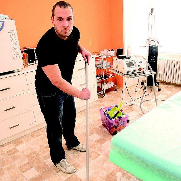 Vytírání podlahy na plastické klinice Top Esthetic byla pořádná dřina, místnost musela zářit čistotou.