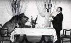 Alfred Hitchcock si pozval na večeři lva Lea, který natáčel reklamu pro MGM.