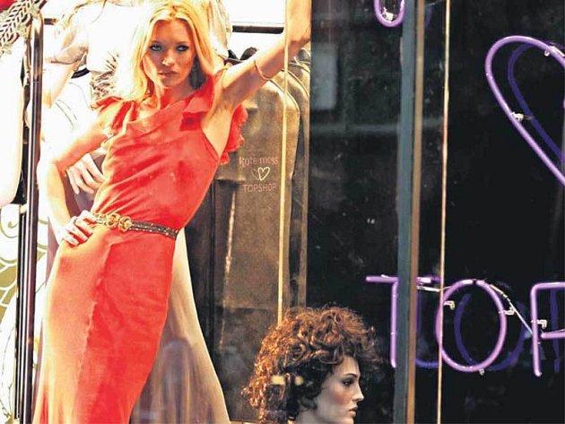 Kate Moss pózuje ve výkladní skříni.