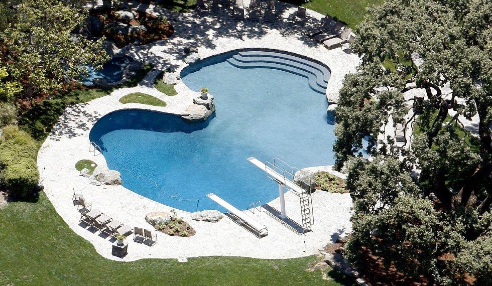 ... chybět pochopitelně nemůže ani bazén.