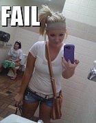 Paní se snažila dodělat potřebu před fotkou, žel nepodařilo se to.
