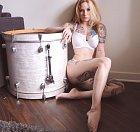 Potetovaná kočka a bicí, co může být lepšího.