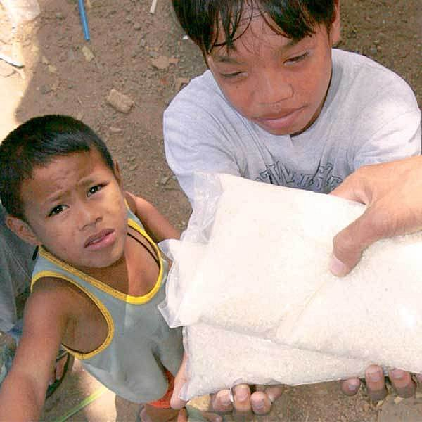 Pro filipínské děti má pytlík rýže cenu zlata.