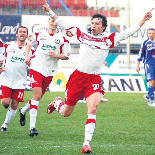 Zlínský Šmahaj (vpravo) byl jediným kladným hrdinou průměrného utkání.