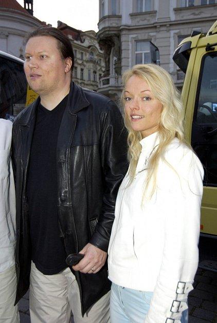 Dominika Gottová je mnoho let provdaná za muzikanta Tima Tolkki. Poslední roky manželství se ale rozhodně nedají považovat za šťastné a bohužel se ukazuje, že kromě rozpadajícího se vztahu padá Tolkki na samé dno!