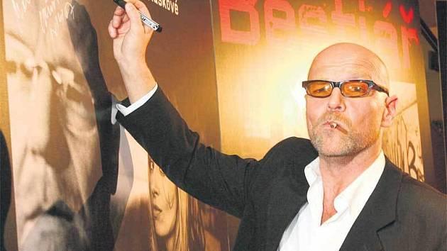 Marek Vašut se podepsal na plakát k filmu.