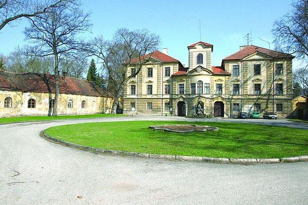 Barokní zámek je vsoučasné době na spadnutí. Spasí ho svými miliony podnikatel Roman Šmucler?