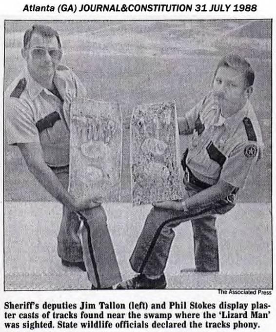 Policisté sodlitky obřích chodidel.