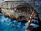 Ristorante Grotta Palazzese v Puglii, Itálie.