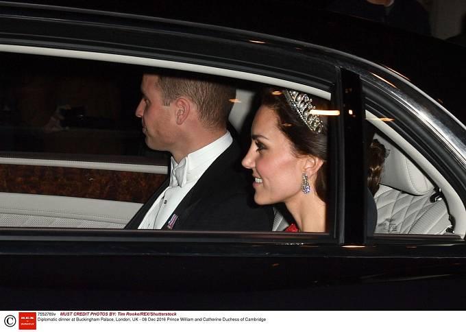 Když dvojice společně přijížděla na diplomatickou večeři, občas neudržela naučené úsměvy...